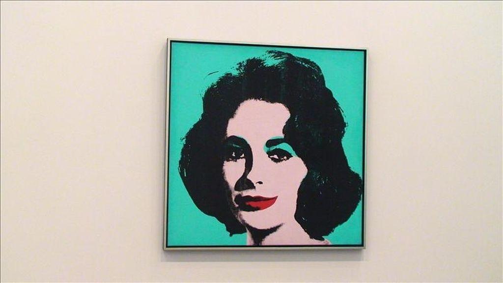 """Vista del retrato """"Liz ·5"""" de Elizabeth Taylor creado por Andy Warhol que se vendió por 26,96 millones de dólares, durante una subasta celebrada por la casa Phillips de Pury & Company, en Nueva York (EE.UU.). EFE"""