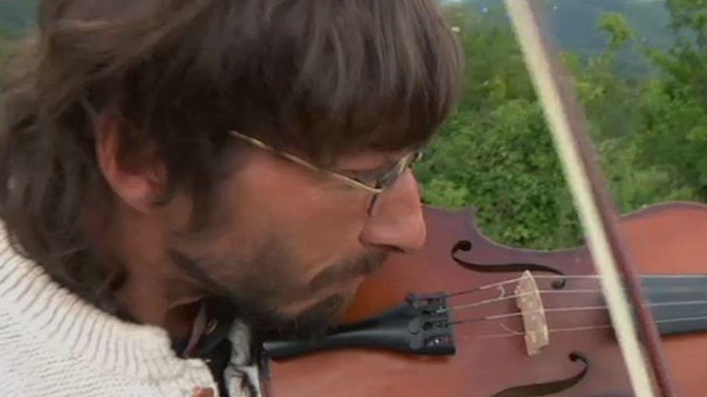 Fermín siempre quiso aprender a tocar el violín y en 4 meses aprendió solo lo más básico