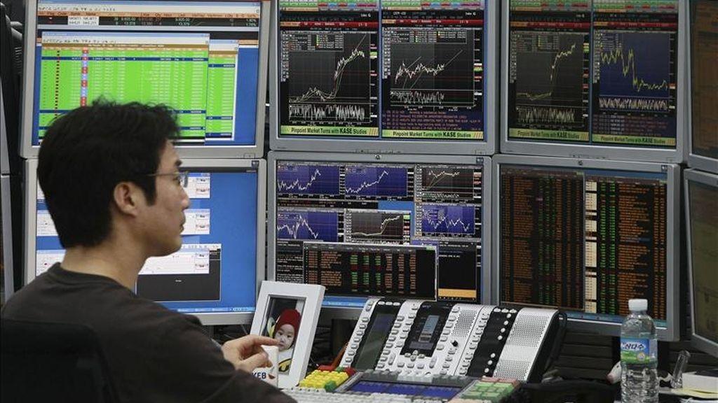 Un agente de bolsa revisa los monitores en el Banco de Cambio en Seúl (Corea del Sur). EFE/Archivo