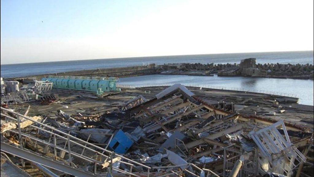 Fotografía tomada el 11 de abril de 2011 facilitada por la compaía Tokyo Electric Power (TEPCO) hoy, jueves, 14 de abril de 2011, que muestra los daños causados por el tsunami en el reactor número 1 en la central nuclear de Fukushima (Japón). EFE/TEPCO