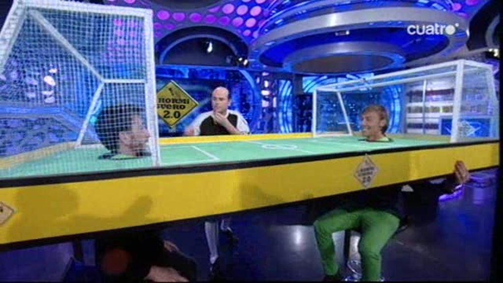 Pablo y Guti juegan al fútbol soplando