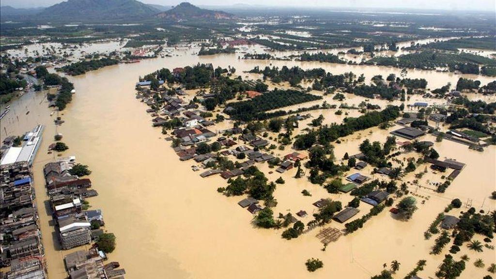 Una fotografía aérea facilitada que muestra los daños causados por las graves inundaciones en Surat Thani, Tailandia. EFE/Archivo