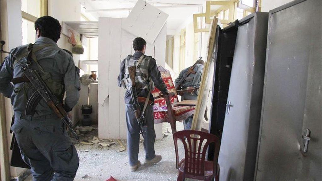Oficiales afganos comprueban los daños tras un atentado suicida perpetrado contra un centro de entrenamiento policial en Kabul (Afganistán), ayer jueves 14 de abril. EFE/Archivo