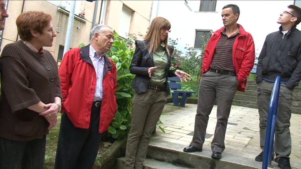 Los vecinos explican a Carmen sus problemas con la pareja conflictiva
