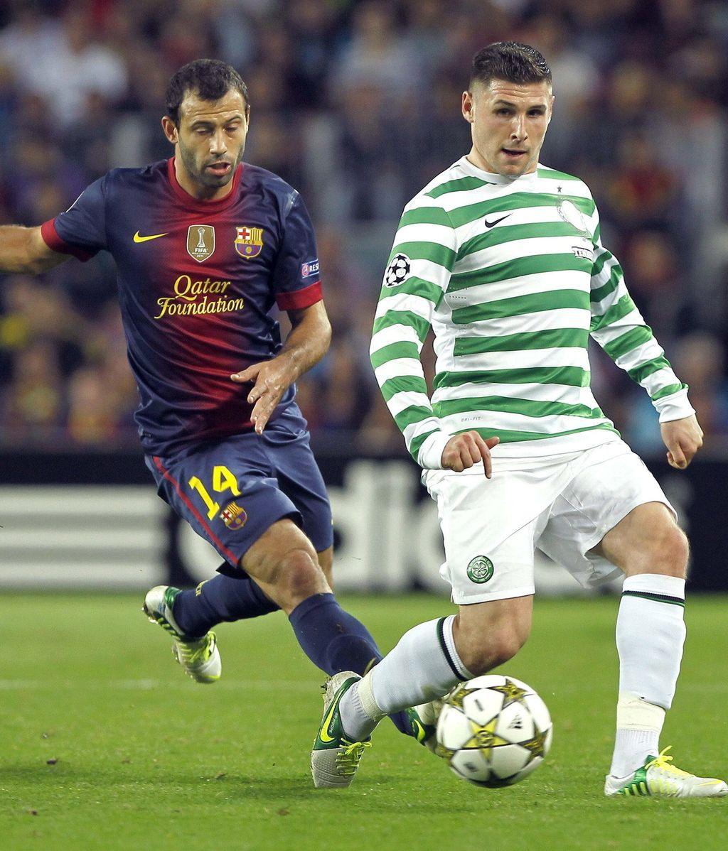 El defensa argentino del FC Barcelona Javier Mascherano (i) pelea un balón con el delantero del Celtic de Glasgow, Gary Hooper