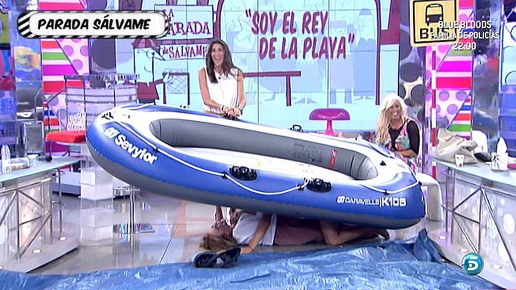 'El Rey de la playa' hace una demostración a Mila y Paz