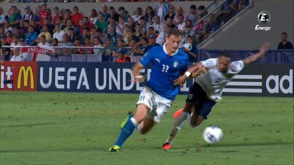 Italia reclamó una falta fuera del área como penalti.