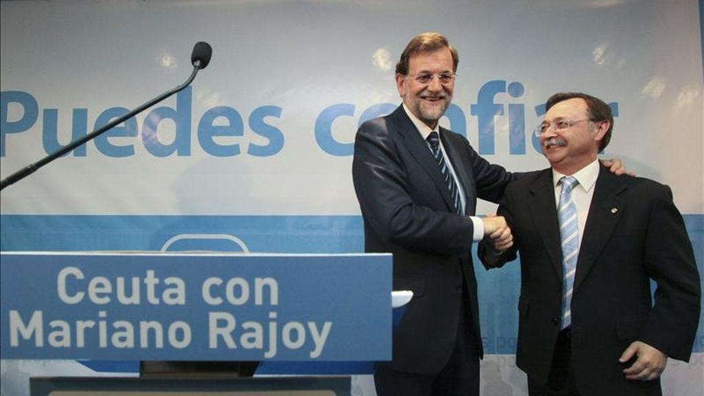 El presidente nacional del PP, Mariano Rajoy (i), saluda al presidente de Ceuta, Juan Vivas en un acto público con militantes y simpatizantes del partido durante celebrado ayer en esta Ciudad Autónoma. EFE