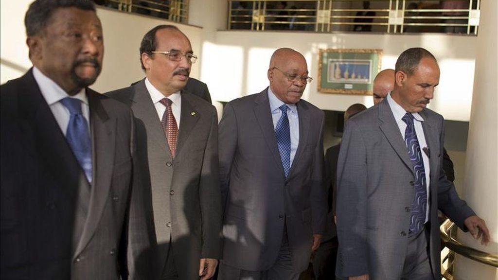 El presidente de Sudáfrica, Jacob Zuma (2d), su homólogo de Mauritania, Mohamed Ould Abdel Aziz (2i), y el presidente de la Comisión de la Unión Africana (UA), Jean Ping (i), fotografiados durante la reunión del Consejo de Paz y Seguridad de la UA en Adis Abeba, Etiopía. EFE/Archivo