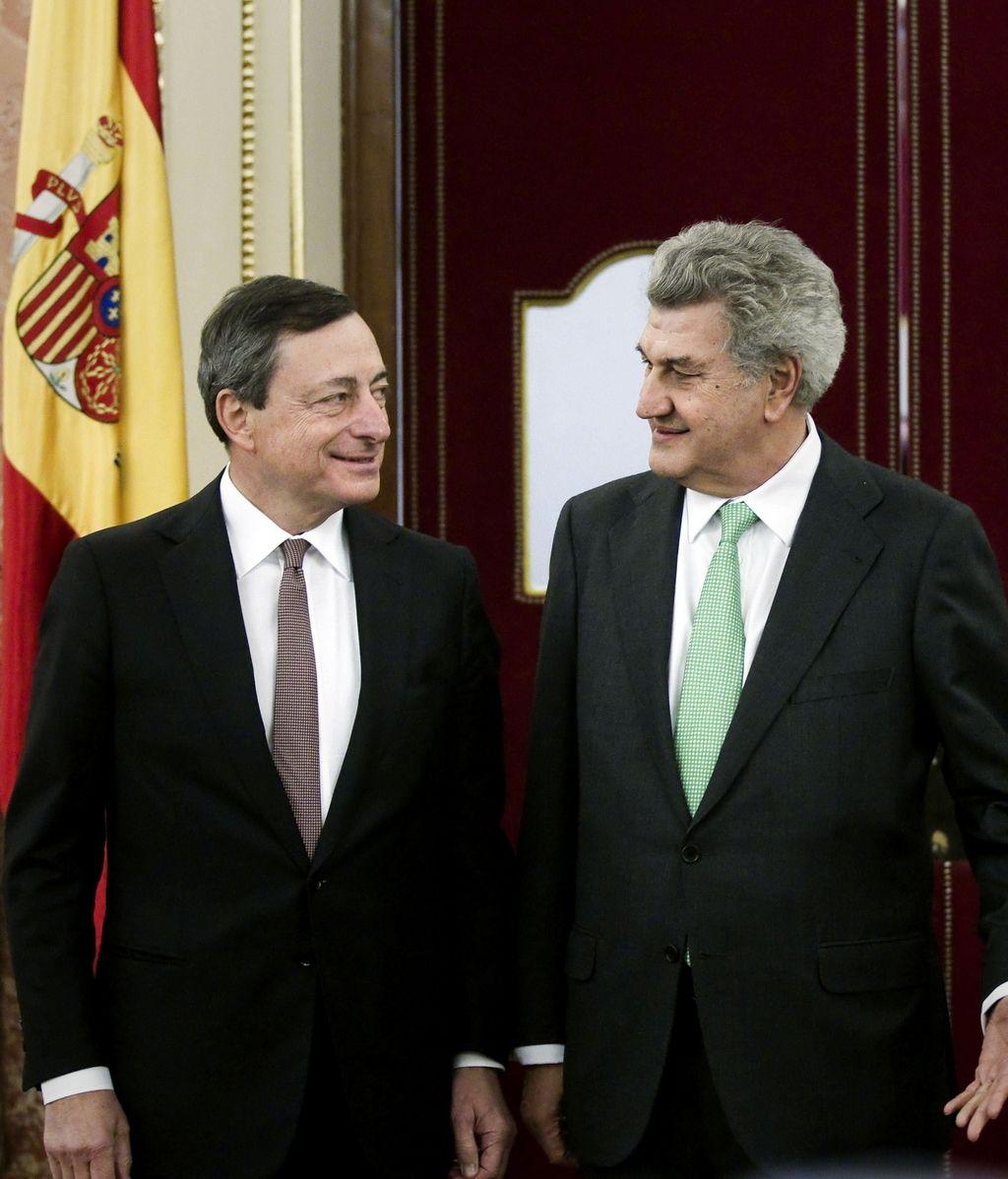 El presidente del Banco Central Europeo (BCE), Mario Draghi, junto al presidente del Congreso, Jesús Posada, antes de su comparecencia a puerta cerrada con los grupos parlamentarios, hoy en la Cámara Baja