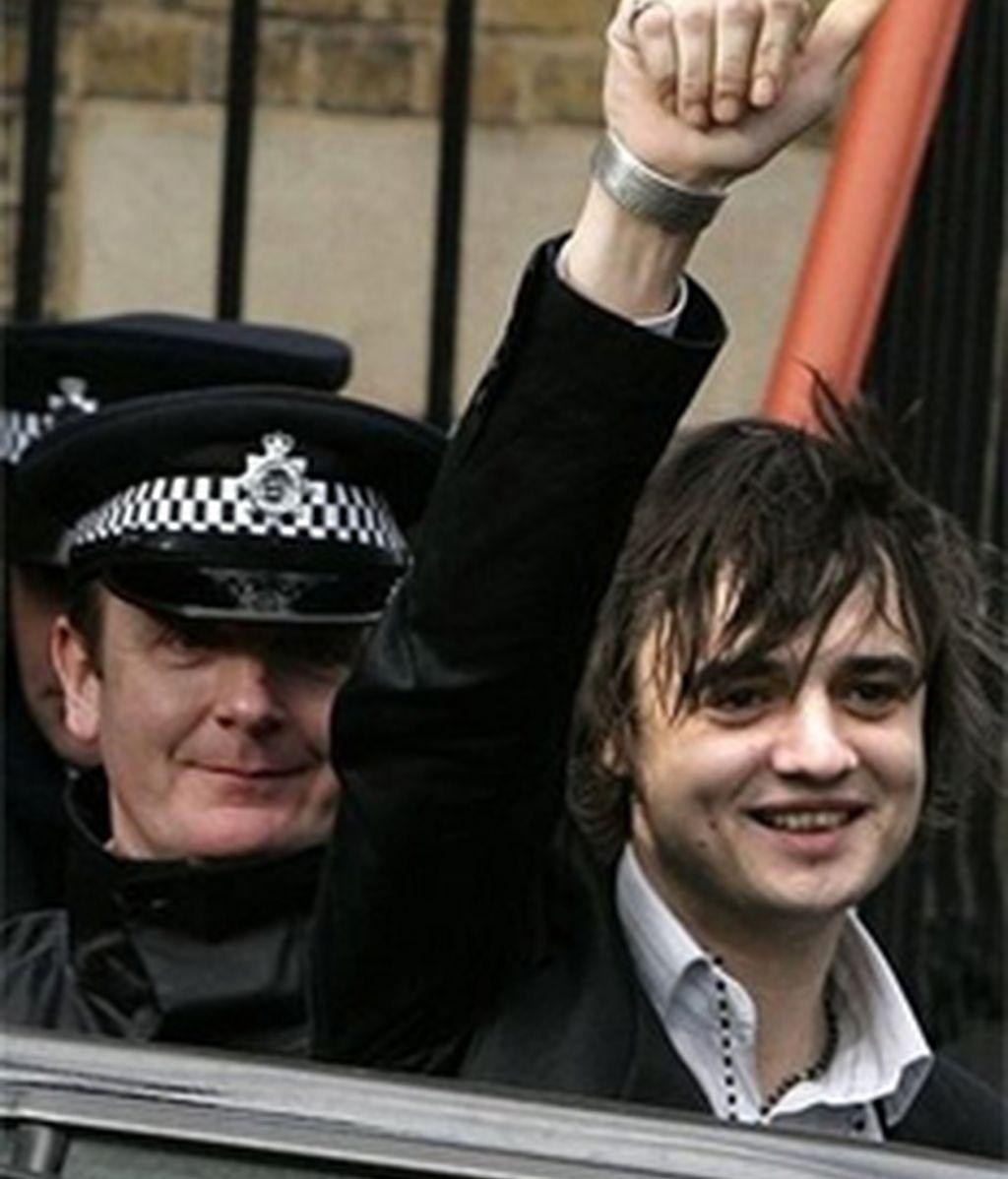 Peter Doherty el pasado año en una de sus habituales salidas de los tribunales por consumo de drogas. Foto archivo