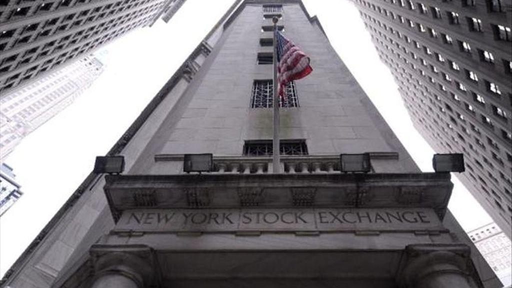 El Dow Jones de Industriales terminó hoy en 11.637,45 puntos tras restar 37,31 unidades y acabó su tercera jornada consecutiva en terreno negativo, en lo que el selectivo S&P 500 retrocedió un 0,14% (-1,75 unidades) para acabar en los 1.269,75 puntos.  EFE/Archivo