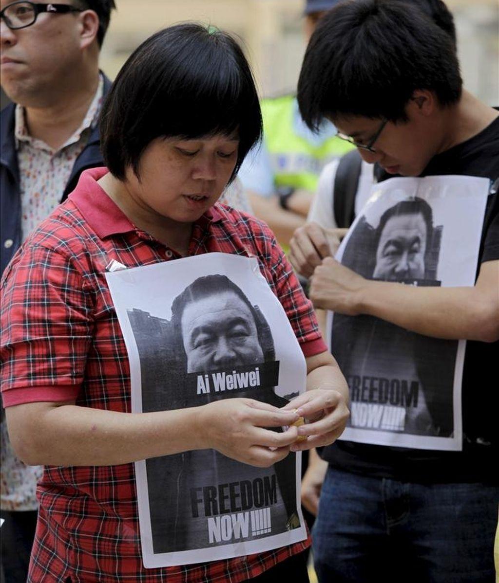 Manifestantes protestan a favor de la democracia en China mientras muestran una fotografía del activista chino Ai Weiwei durante una manifestación a favor de la liberación de Weiwei en Hong Kong (China) ayer, 10 de abril de 2011. EFE