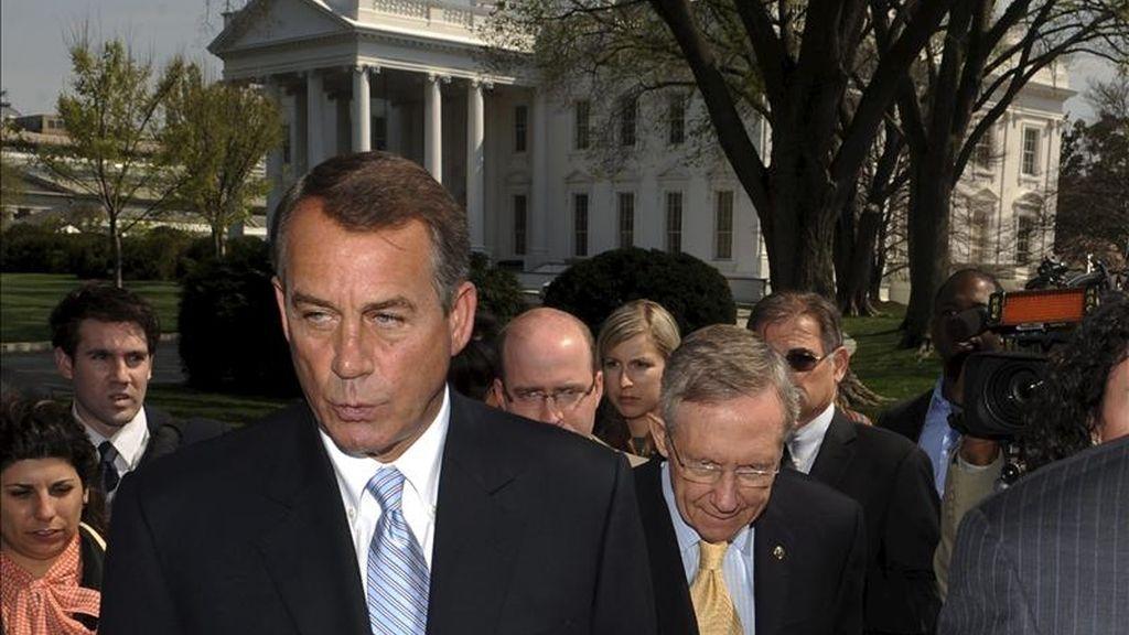 El presidente de la Cámara de Representantes, John Boehner (i) y el líder de la mayoría demócrata en el Senado, Harry Reid (d), caminan tras sus declaraciones a los medios sobre el proceso de negociación del presupuesto federal, en la Casa Blanca. EFE