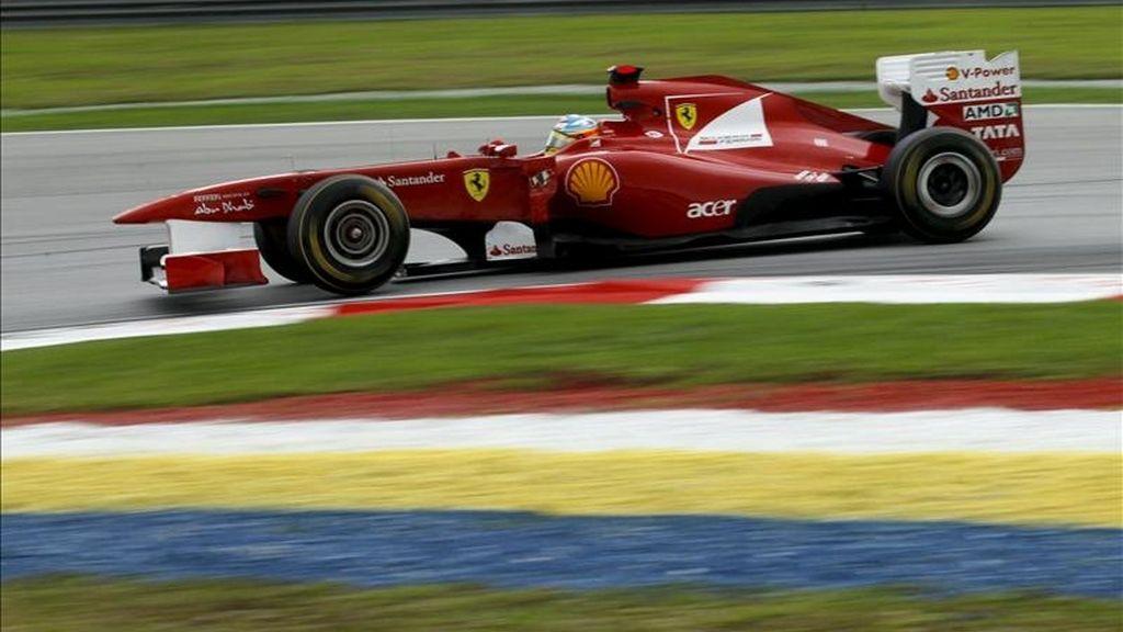 El piloto español de Fórmula Uno Fernando Alonso (Ferrari) compite durante el Gran Premio de Malasia de Fórmula Uno, segunda prueba del Mundial, disputada este domingo en el circuito de Sepang, en las afueras de Kuala Lumpur (Malasia). EFE