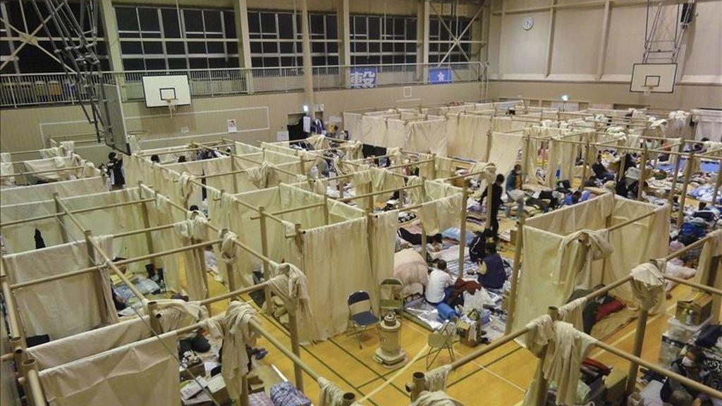 """Fotografía facilitada por el estudio de arquitectura de Shigeru Ban, jurado del premio Pritzker entre 2006 y 2009 y creador de edificios como el Museo Pompidou-Metz (Francia), que ha construido con tubos y tela """"habitaciones"""" que dan un valioso espacio independiente a los evacuados en una decena de gimnasios por el terremoto y el tsunami del 11 de marzo en Japón. EFE"""