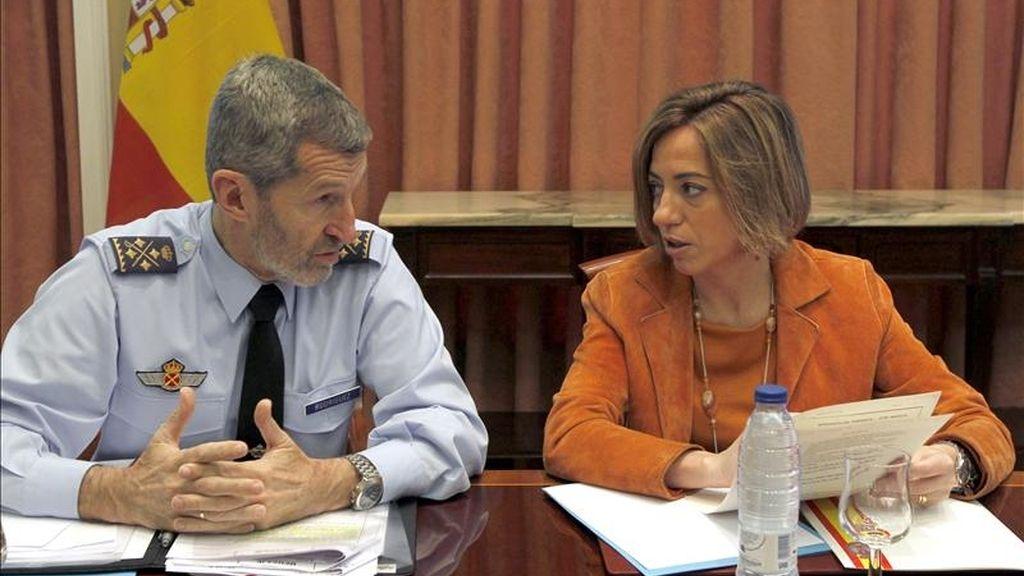 La ministra de Defensa, Carme Chacón, charla con el jefe del Estado Mayor de la Defensa (JEMAD), el teniente general José Julio Rodríguez, durante la reunión que mantuvo hoy para supervisar el desarrollo de la misión de las Fuerzas Armadas españolas en la operación de la OTAN en Libia, que ha cumplido ya quince días. EFE