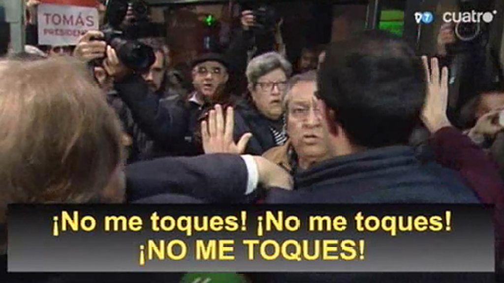 Un grupo de militantes del PSM protesta por la salida de Gómez en la sede del PSOE