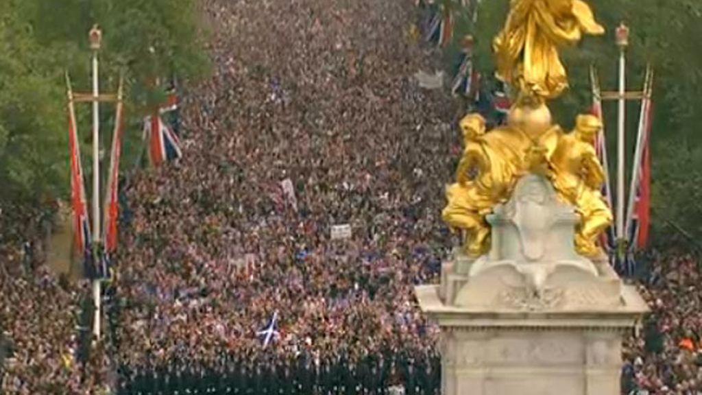 La gente se acerca a Buckingham Palace para ver a los novios en el balcón