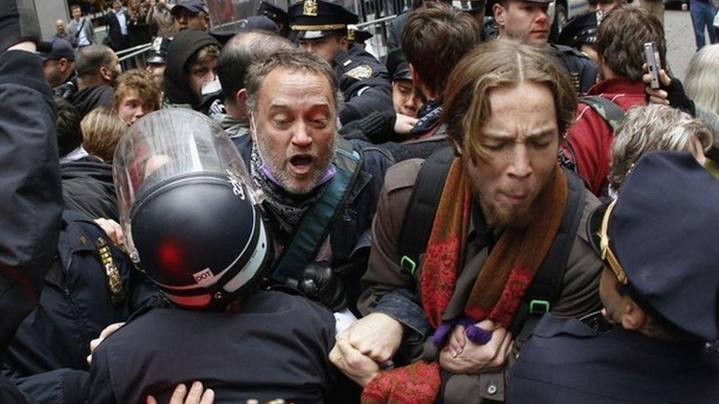 Cientos de personas marchan por Nueva York y tratan de llegar a la Bolsa para impedir la entrada a Wall Street.