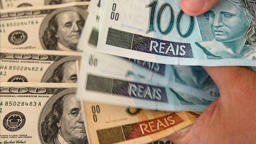 Detalle de unos billetes de real brasileño y dólar. EFE/Archivo