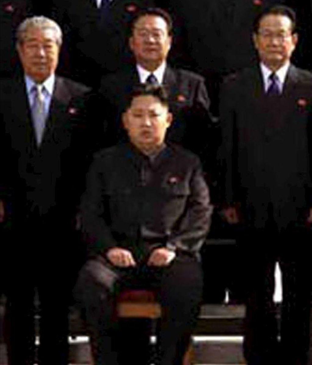 Foto de archivo facilitada por la agencia central de noticias norcoreana KCNA de Kim Jong-un, hijo menor y posible sucesor del líder norcoreano Kim Jong-il, mientras posa con miembros del Partido de los Trabajadores en el Palacio Kumsusan en Pyongyang (Corea del Norte). EFE/Archivo