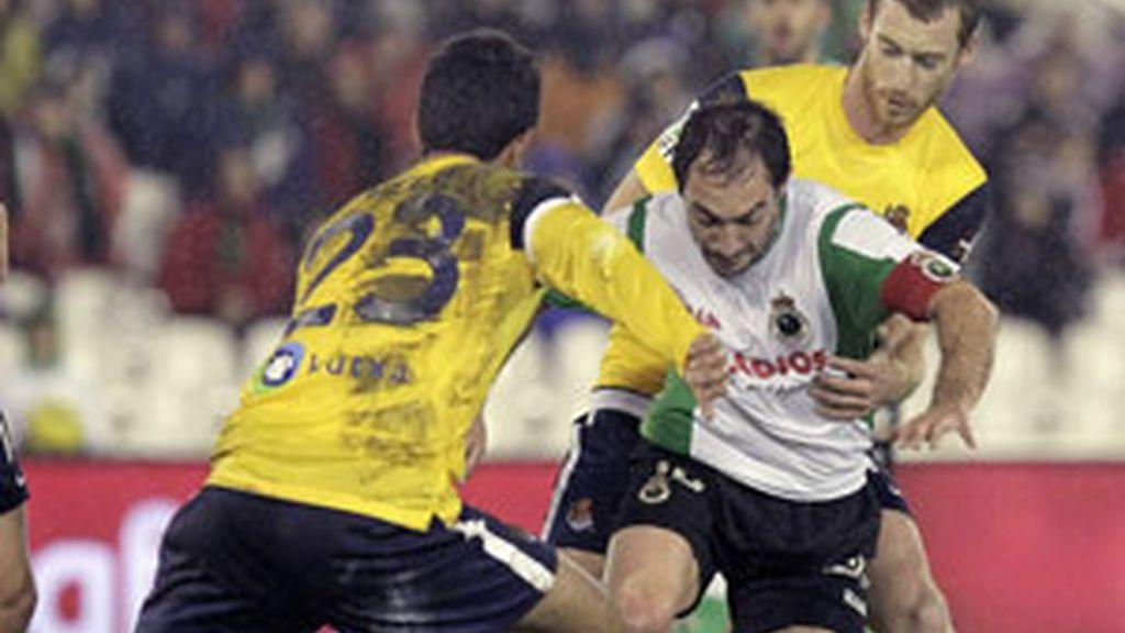 Pedro Munitis controla un balón ante la presión de los centrocampistas de la Real FOTO: EFE