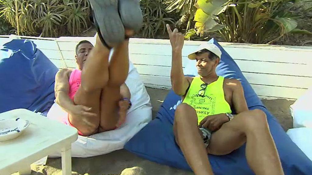 Los Chunguitos presumen de tanga en las playas de Marbella