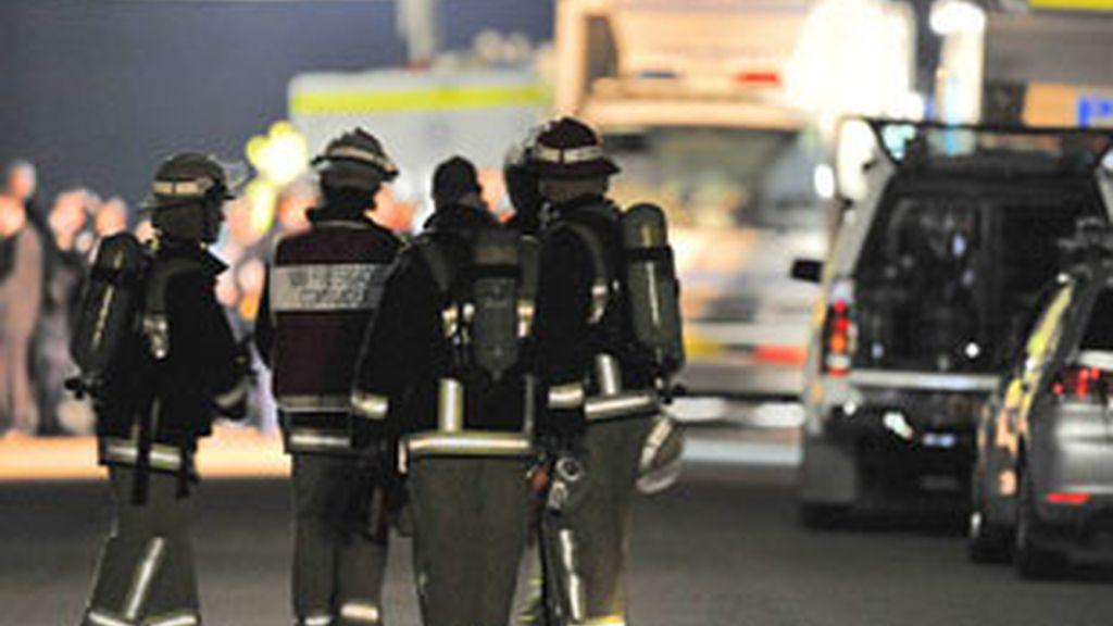 En la operación han participado equipos de rescate, expertos artificieros y ambulancias. Foto: EFE.