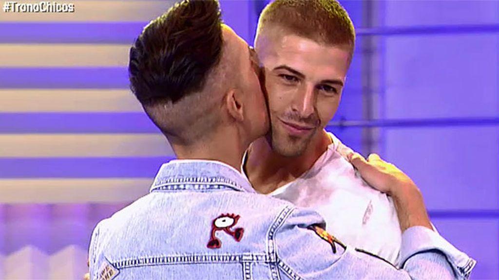 Jesús Reyes besa a Labrador