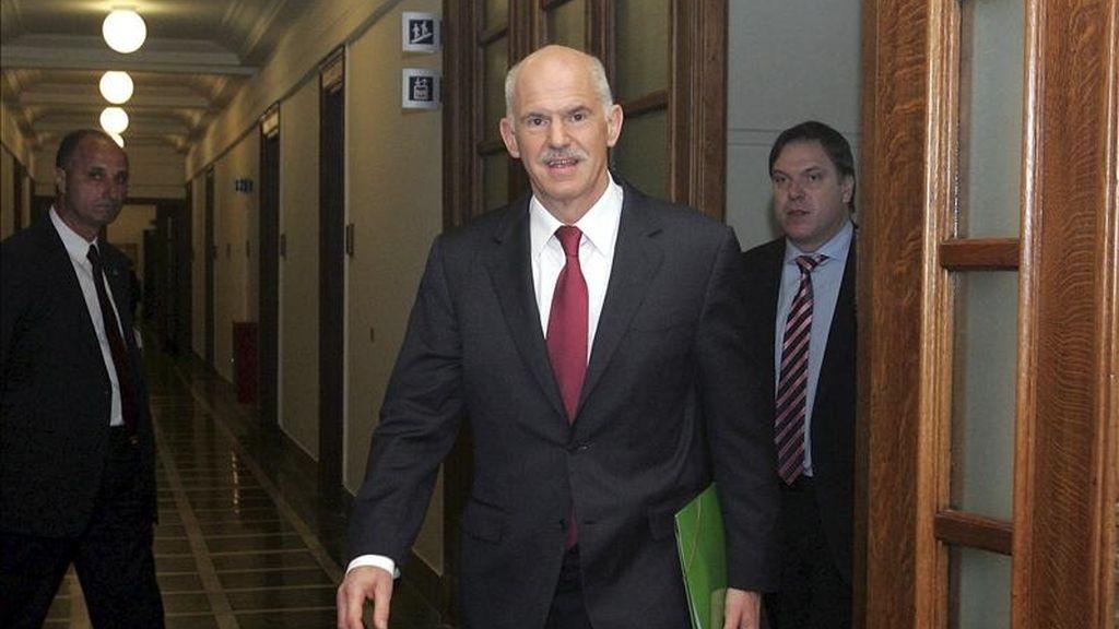 El primer ministro griego, Yorgos Papandréu (c), se dirige a la reunión del consejo de ministros griego en Atenas. EFE/Archivo