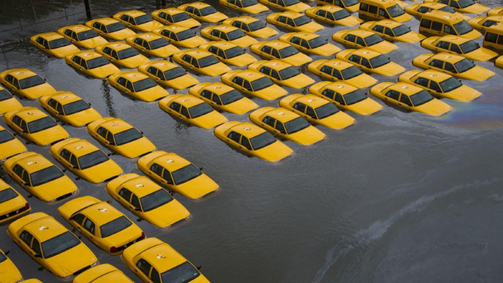 Un aparcamiento de taxis neoyorkinos afectado por las inundaciones causadas por el huracán 'Sandy'