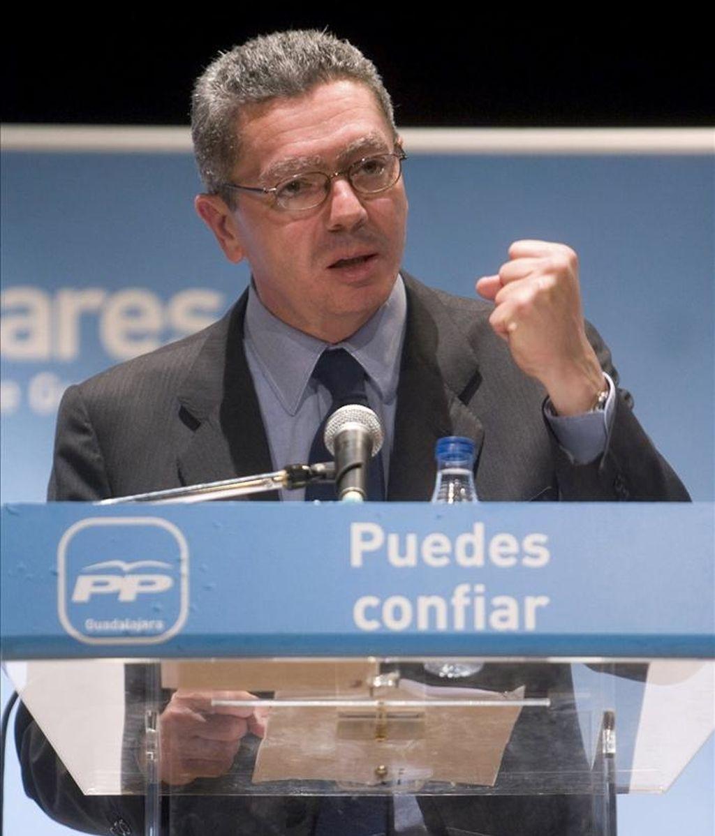 El alcalde de Madrid, Alberto Ruiz-Gallardón, durante su intervención en la presentación de la candidatura del Partido Popular al Ayuntamiento de Cabanillas del Campo en las próximas elecciones municipales. EFE