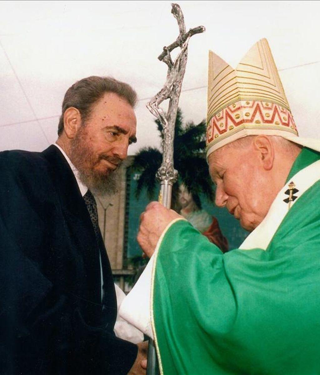 El papa Juan Pablo II saludando al presidente cubano Fidel Castro durante una misa celebrada en la plaza de la Revolución, en La Habana, el 25 de enero de 1998. EFE
