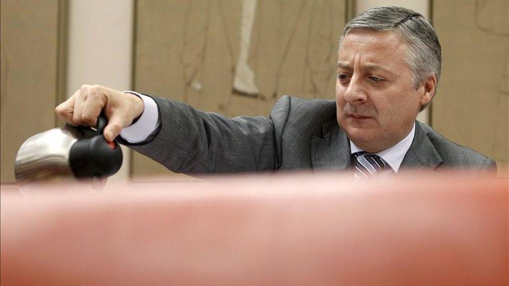 El ministro de Fomento, José Blanco, compareció hoy ante la comisión correspondiente del Congreso de los Diputados, para informar sobre las reformas estructurales en el transporte aéreo, la privatización de AENA y las nuevas medidas de ahorro energético de su departamento. EFE
