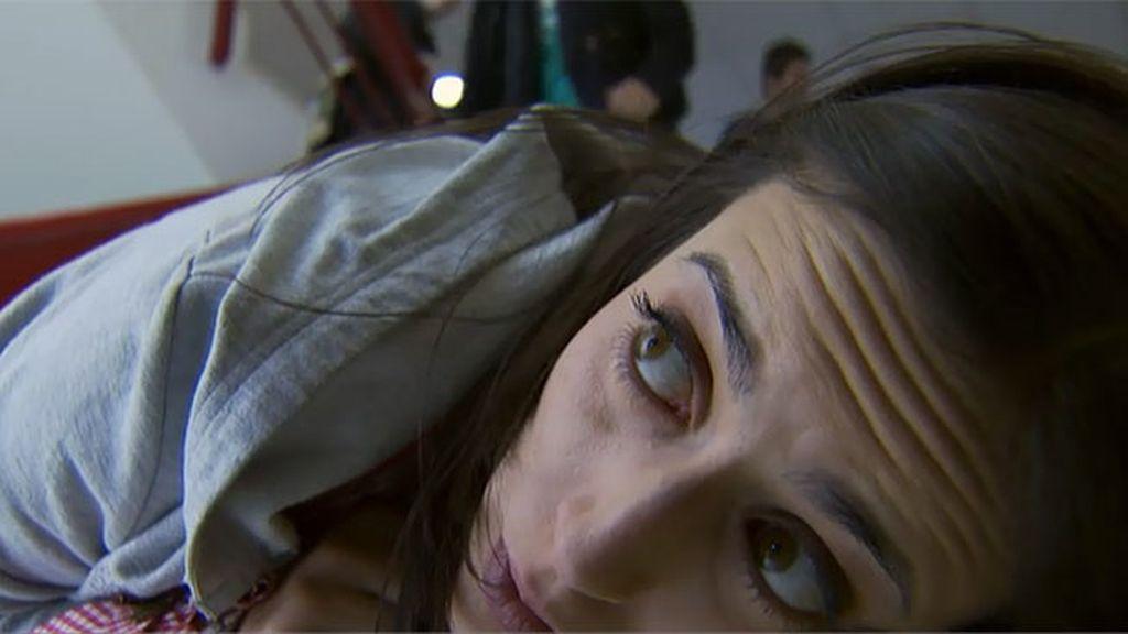 Durante su primera cita, Lola sufre una crisis y tiene que ser atendida por un equipo médico