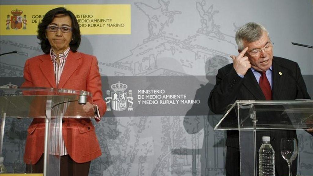 La ministra de Medio Ambiente y Medio Rural y Marino, Rosa Aguilar, y el presidente de la Federación Española de Municipios y Provincias, Pedro Castro, durante la rueda de prensa tras la reunión celebrada hoy para impulsar la colaboración en la lucha contra la contaminación atmosférica. EFE