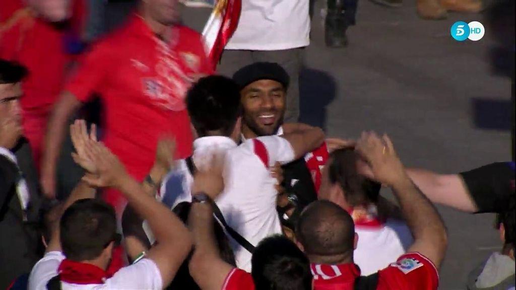 Kanouté se lleva la ovación de la previa al entrar al Calderón para ver la final de Copa