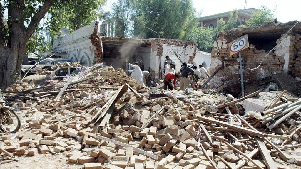 Miembros de las fuerzas de seguridad paquistaníes inspeccionan el lugar tras la explosión registrada en una comisaría de policía de Faisalabad (Pakistán) hoy, 19 de abril de 2011. La explosión fue causada por unos explosivos que la policía incautó a varios delincuentes. En Karachi cinco personas, dos de ellas militantes de partidos, fueron asesinadas hoy.   EFE