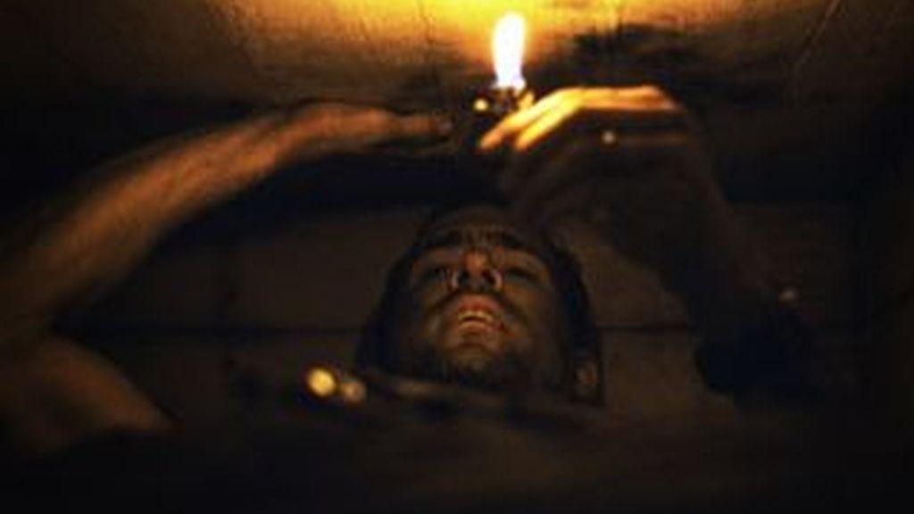 Fotograma de 'Buried', cinta en la que el protagonista despierta y descubre que lo han enterrado vivo. Algunos lo hacen por iniciativa propia y no precisamente en una película.