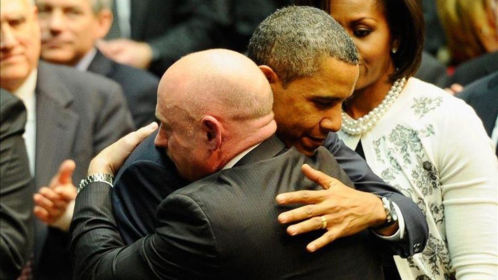 """El presidente estadounidense, Barack Obama (i), abraza al astronauta Mark Kelly (d), esposo de la congresista Gabrielle Giffords, durante el evento """"Juntos prosperamos: Tucson y América"""", en memoria de las víctimas de la masacre del pasado sábado 8 de enero, en Tucson, Arizona (EEUU). EFE"""