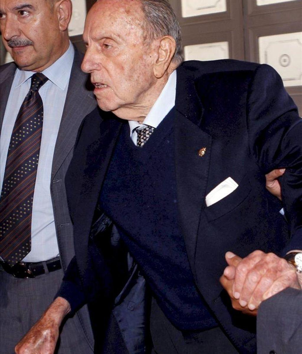 Fotografía de archivo, fechada el 22 de octubre de 2010, en Oviedo) del senador del PP Manuel Fraga que se encuentra ingresado en una clínica madrileña tras ser operado debido a una caída sufrida en su domicilio. EFE/Archivo