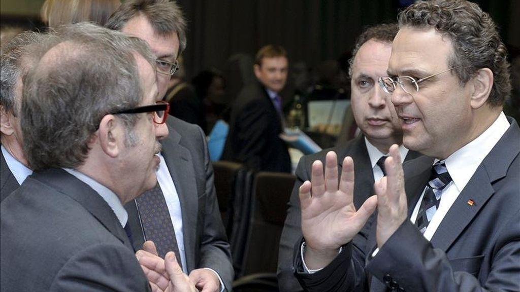 El ministro italiano del Interior, Roberto Maroni (i), conversa con su homólogo alemán, Hans-Peter Friedrich (d), durante el inicio de una reunión de los ministros de Interior de la UE en Luxemburgo. EFE