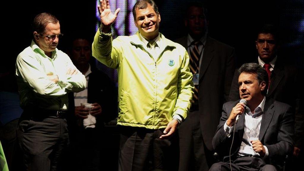 """Con algo más del 40% de los votos escrutados, el """"sí"""" gana al """"no"""" por márgenes en general estrechos, y pierde en crear un regulador de contenidos de la prensa. En la imagen, Correa (c), el vicepresidente Lenin Moreno (d) y el canciller Ricardo Patiño (i) el pasado 7 de mayo, tras la consulta. EFE"""