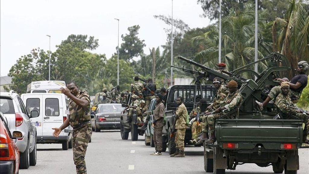 Fuerzas leales a Alassane Ouattara patrullan una calle en Abiyán, Costa de Marfil, ayer jueves 14 de abril. EFE