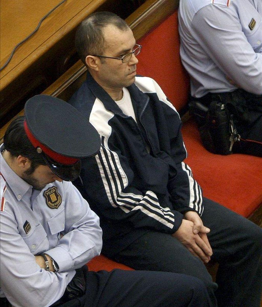 Fotografía de archivo del 1 de marzo de 2010 de Pedro Jiménez, acusado del asesinato de dos mujeres policías y de la violación de una de ellas, en el transcurso de un juicio en la Audiencia de Barcelona. EFE/Archivo