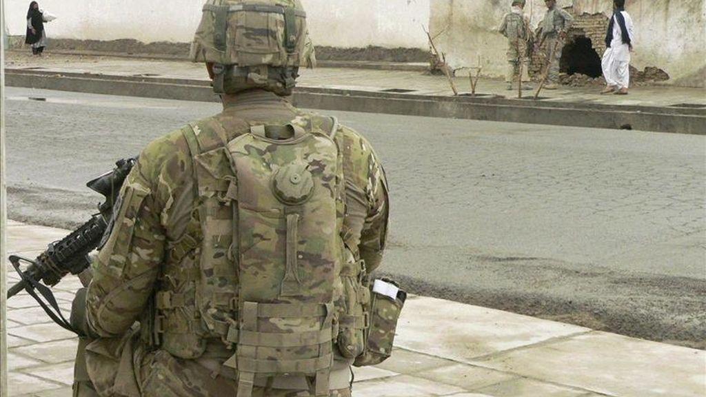 Un soldado de la Fuerza Internacional de Asistencia a la Seguridad (ISAF) inspecciona el lugar de un atentado suicida en Kandahar, Afganistán. EFE