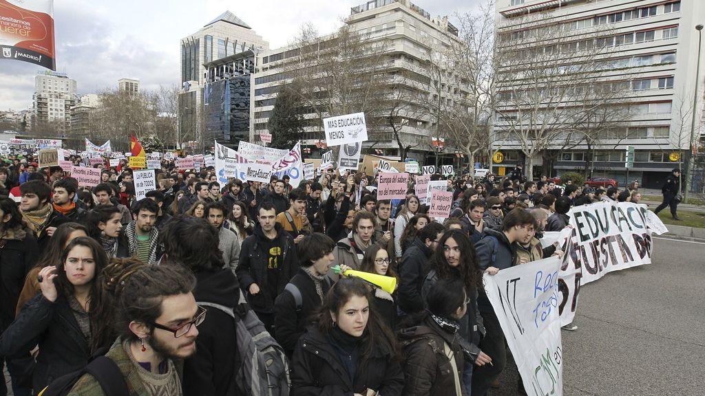 """Cabeza de la manifestación de estudiantes de las universidades públicas, esta tarde en Madrid, para protestar contra los recortes y las reformas educativas del Gobierno central bajo el lema """"Nuestra educación no pagará vuestra deuda""""."""