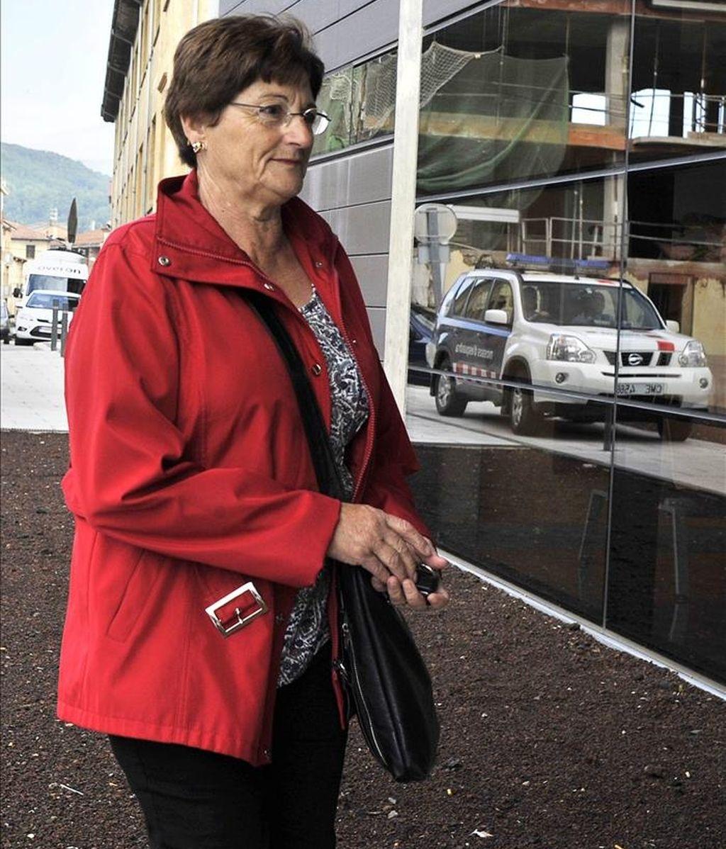 La trabajadora del geriátrico La Caritat de Olot (Girona) Francesca S.S., a su llegada a los juzgados de la localidad gerundense para declarar en calidad de testigo en el caso que se instruye contra el celador del centro Joan V., acusado de la muerte de once internos. EFE