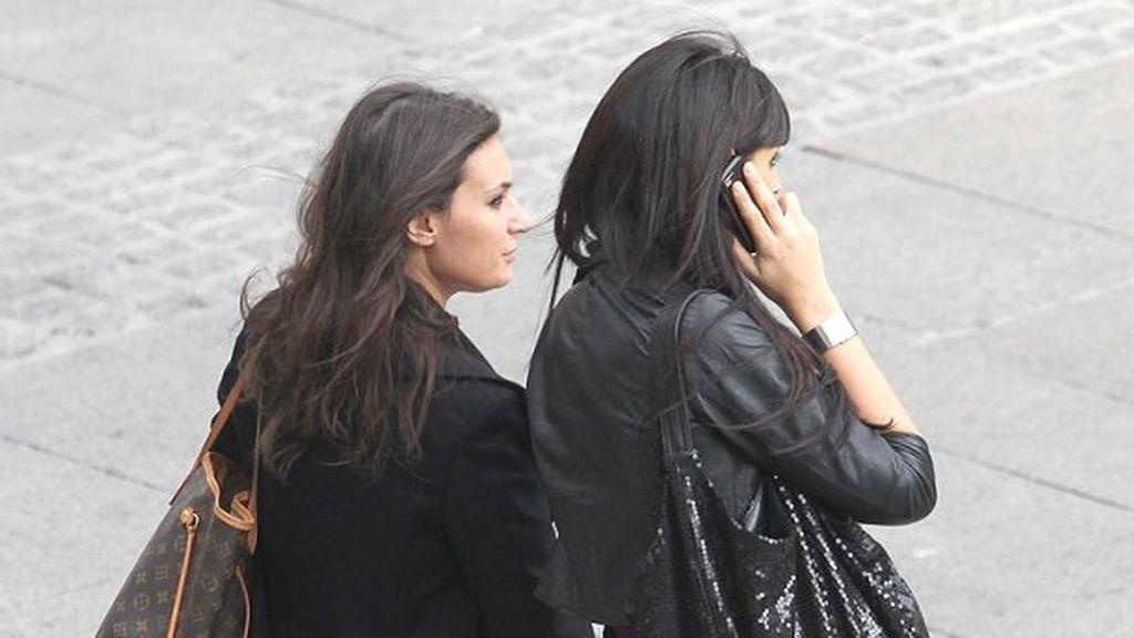 UNa mujer hablando por el móvil en la calle